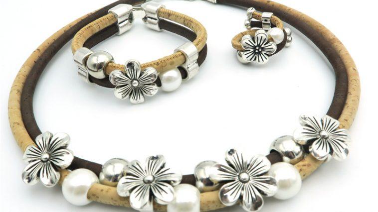 Ensemble de bijoux artisanal en liège, bagues, bracelets, colliers et boucles d'oreilles